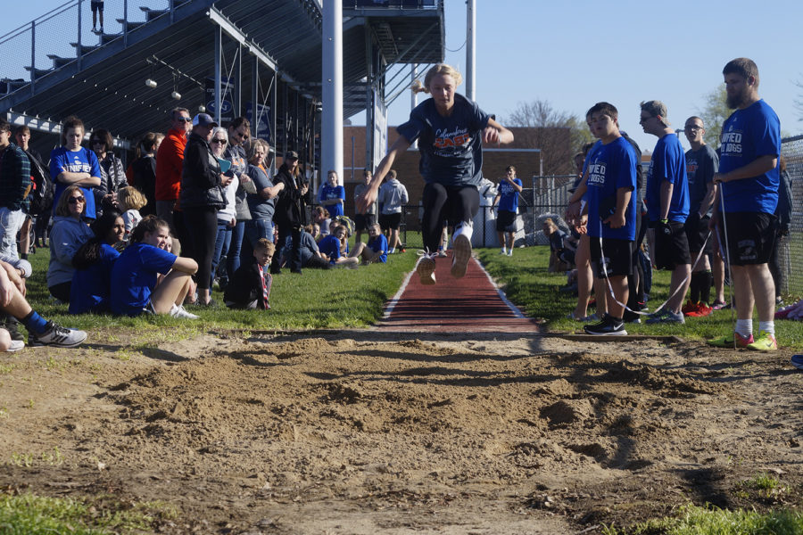 Marin Wieneke in the air on her long jump.