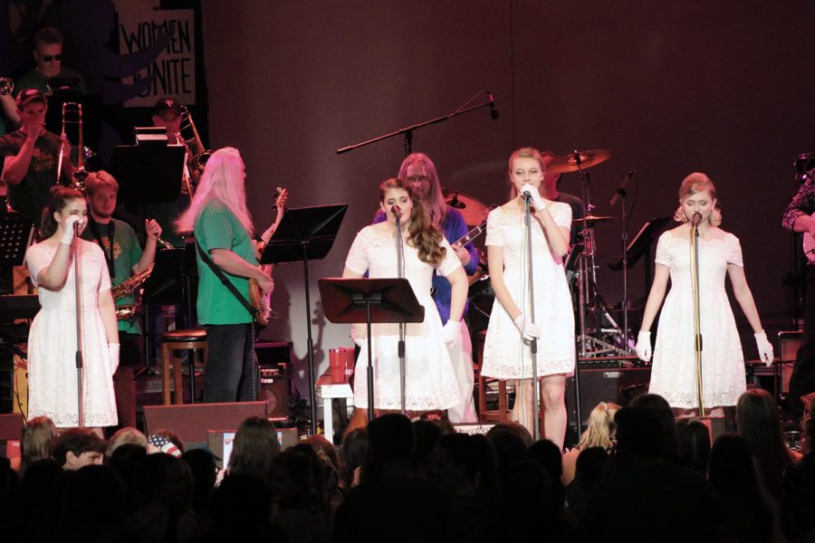 Freshmen+Jacey+Green+and+Jenna+Green%2C+junior+Olivia+Linneman+and+senior+Hailee+Bott.